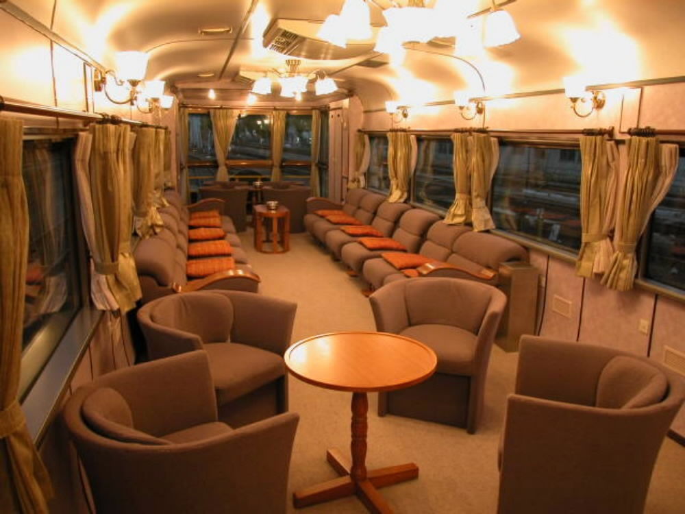 サロンカーなにわ」の車内=大阪市淀川区のJR西日本・宮原総合運転所で2003年