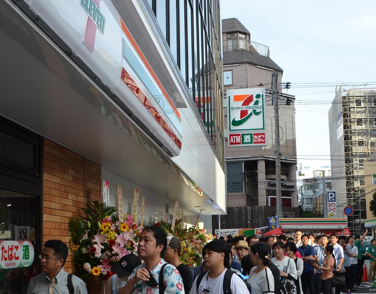 写真・図版 : 沖縄初出店のセブンイレブンに大行列=2019年7月11日、那覇市