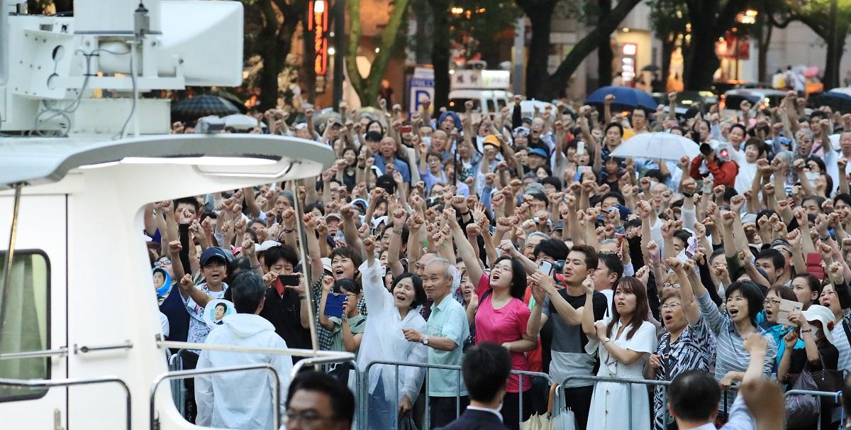 写真・図版 : 安倍首相の街頭演説に集まり、気勢を上げる支持者たち=2019年7月14日、名古屋市