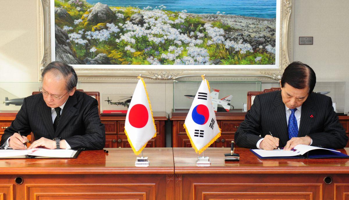 写真・図版 : 2016年11月23日、ソウルで日韓GSOMIAに署名する長嶺安政駐韓大使(左)と韓民求・韓国国防相=韓国国防省提供