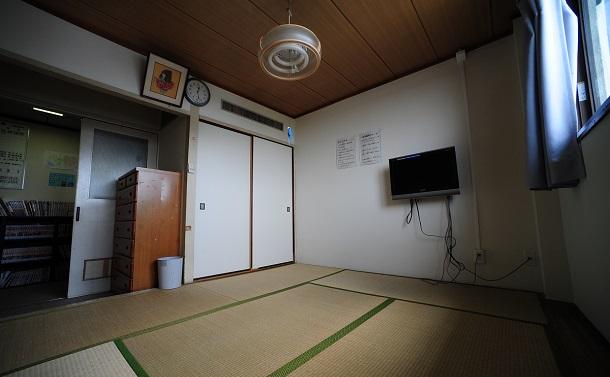 写真・図版 : ある一時保護所の一室
