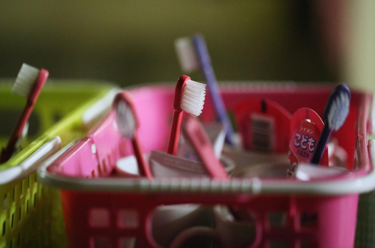 写真・図版 : 一時保護所に置かれた子どもの歯ブラシ