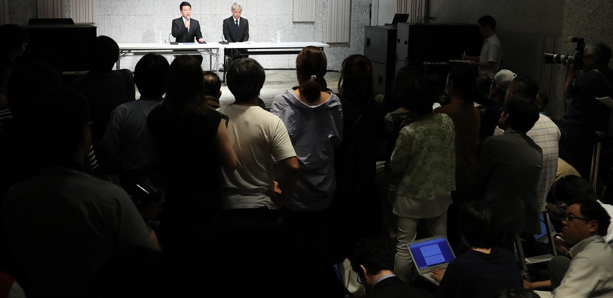 写真・図版 : 宮迫博之さんと田村亮さんの会見で、メディアの関心は参院選より吉本興業に?=2019年7月20日