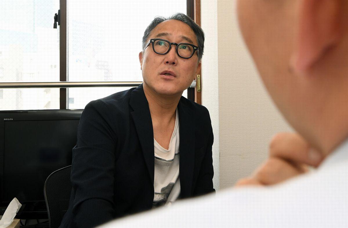 写真・図版 : 筆者(手前)と話す佐野史郎さん=6月20日、東京・南青山。朝日新聞社