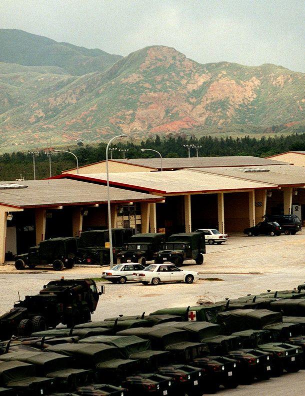 写真・図版 : 長年の米軍の実弾砲撃演習で緑がはげ落ちた恩納連山の山肌。迫撃砲などの訓練はいまも続く=1997年4月13日、沖縄県金武町の米軍キャンプ・ハンセンで