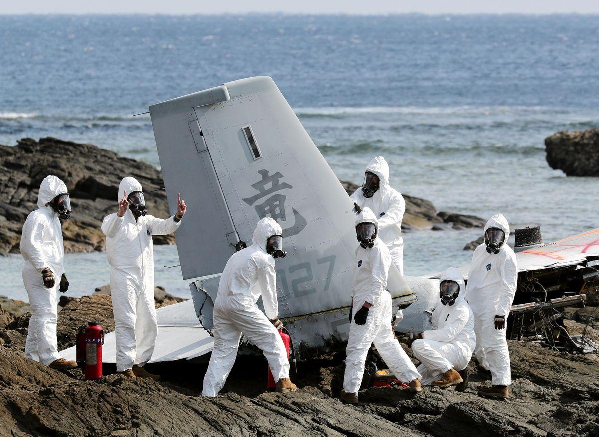 写真・図版 : 大破したオスプレイの機体を切断する米軍関係者=2016年12月16日、関田航撮影