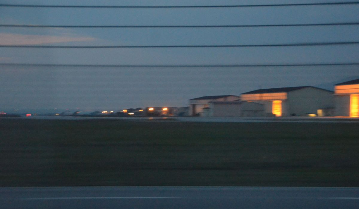 写真・図版 : 夕暮れが濃くなる中、訓練する米軍機がないイタリアのアビアノ空軍基地。住民生活に配慮した基地運用が徹底している=2017年9月、イタリア、琉球新報