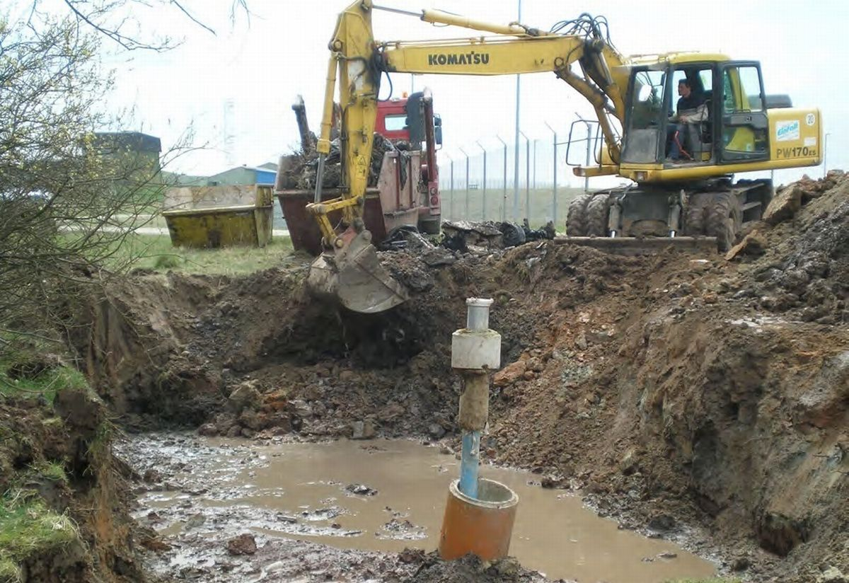 写真・図版 : ドイツにある米陸軍アンスバッハ駐屯地周辺で行われている環境汚染の除去作業の様子。ドイツでは米軍が環境汚染除去を自らの責任で、また地元当局とも協力して行うことになっている(同基地資料より)=琉球新報提供