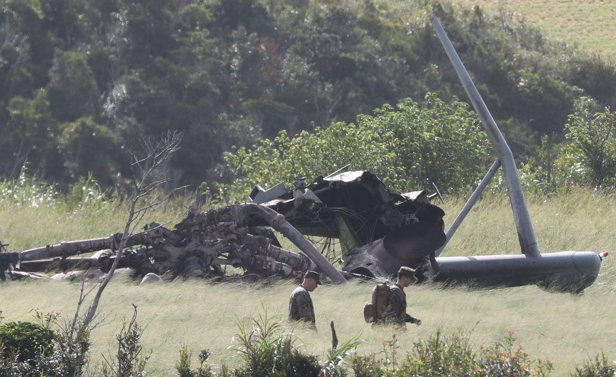 写真・図版 : 不時着・炎上した米軍のヘリコプターCH53Eの周辺では米兵の姿が見られた=2017年10月12日、沖縄県東村高江