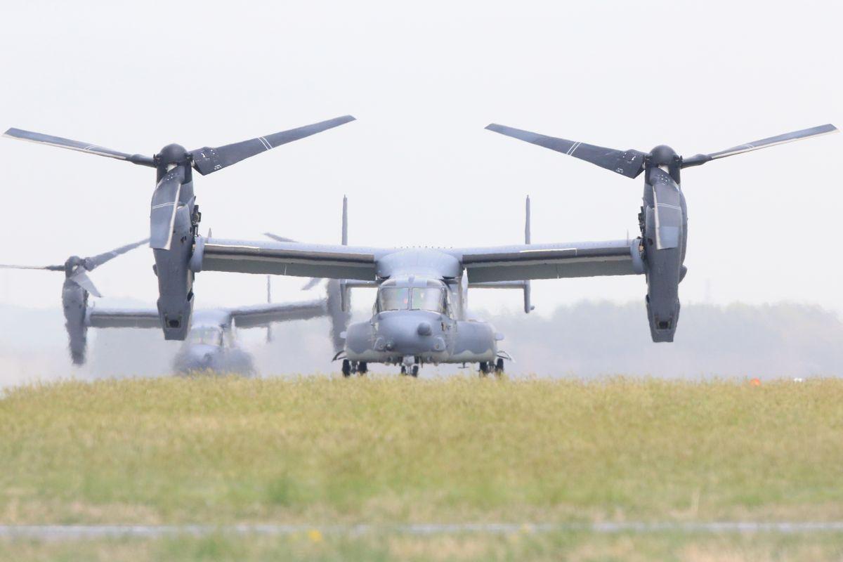 写真・図版 : 横田基地に着陸したオスプレイ=2018年4月5日、東京都福生市