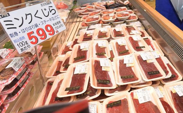 写真・図版 : 商業捕鯨再開後、初めて大阪市内の店頭に並んだ鯨肉=7月8日午前、水野義則撮影