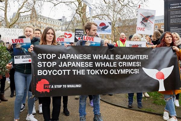 写真・図版 : ロンドンで日本の商業捕鯨に抗議する人たち=1月26日、Kevin J. Frost/shutterstock