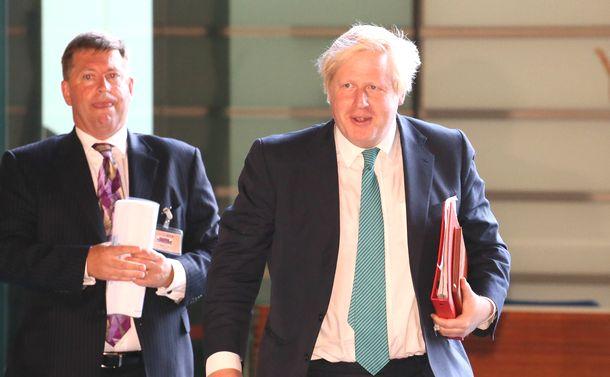 写真・図版 : 安倍晋三首相を表敬訪問するため、首相官邸に入る英国外相時代のボリス・ジョンソン氏(右)=2017年7月21日、首相官邸