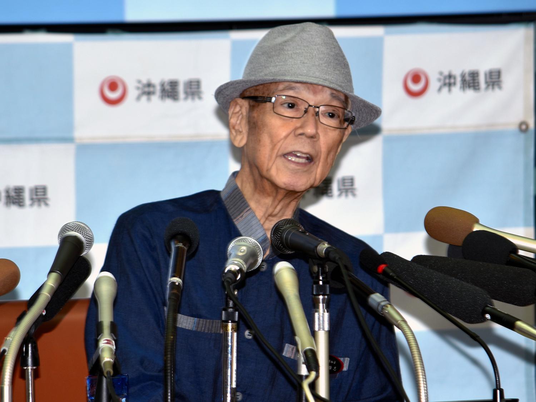 写真・図版 : 記者会見での翁長雄志知事=2018年7月27日、伊東聖撮影