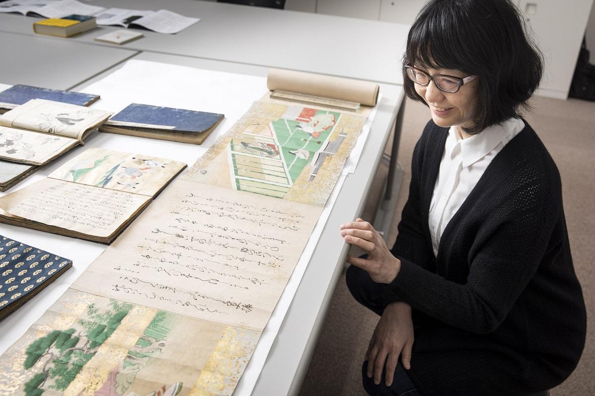 写真・図版 : 「伊勢物語」の資料を見る川上弘美さん