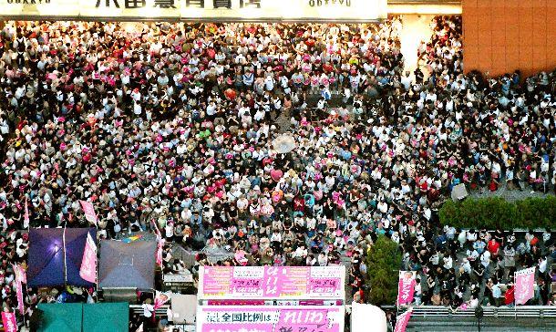 写真・図版 : 東京・新宿駅前での「れいわ新選組」候補者の「最後の訴え」には、大勢の人たちが集まった=2019年7月20日