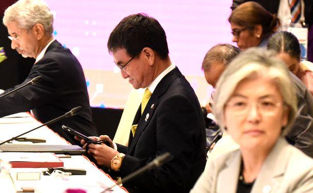 写真・図版 : 東南アジア諸国連合(ASEAN)プラス3(日中韓)外相会議で非難し合った河野太郎外相(中央)と韓国の康京和(カン・ギョン・ファ)外相(手前右)。続いて開かれた東アジアサミット外相会議では目を合わせようとしなかった=2019年8月2日、バンコク