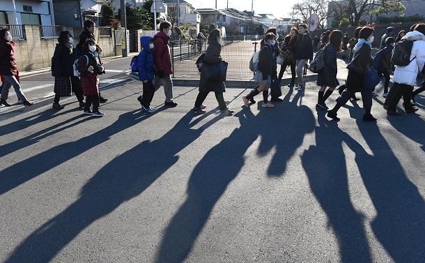 写真・図版 : 入試会場に向かう子どもたち(写真は本文とは関係ありません)