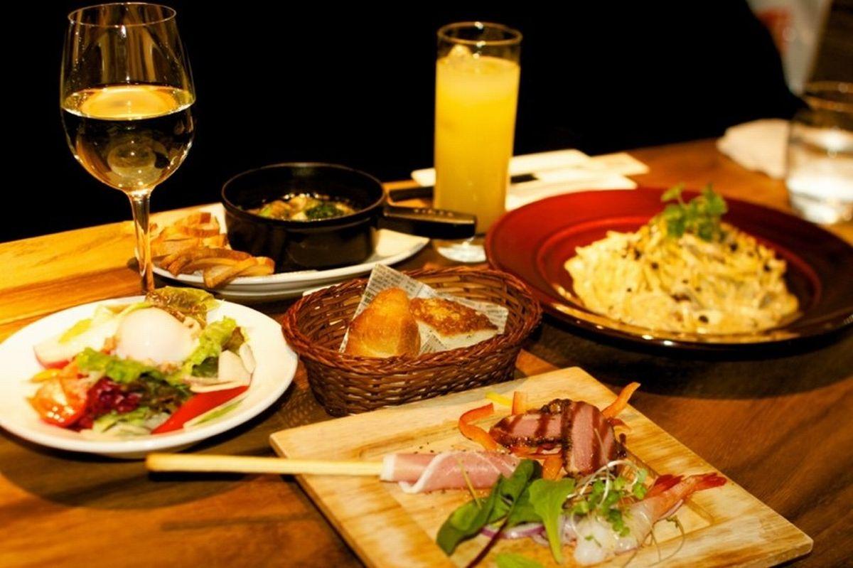写真・図版 : これがコース1人分の写真。2012年当初からの掲載店「デ サリータ」(渋谷)。トリュフのホワイトクリームパスタや世界中のワインなどが楽しめて、2980円。(社会人は3500円)=東成樹さん提供