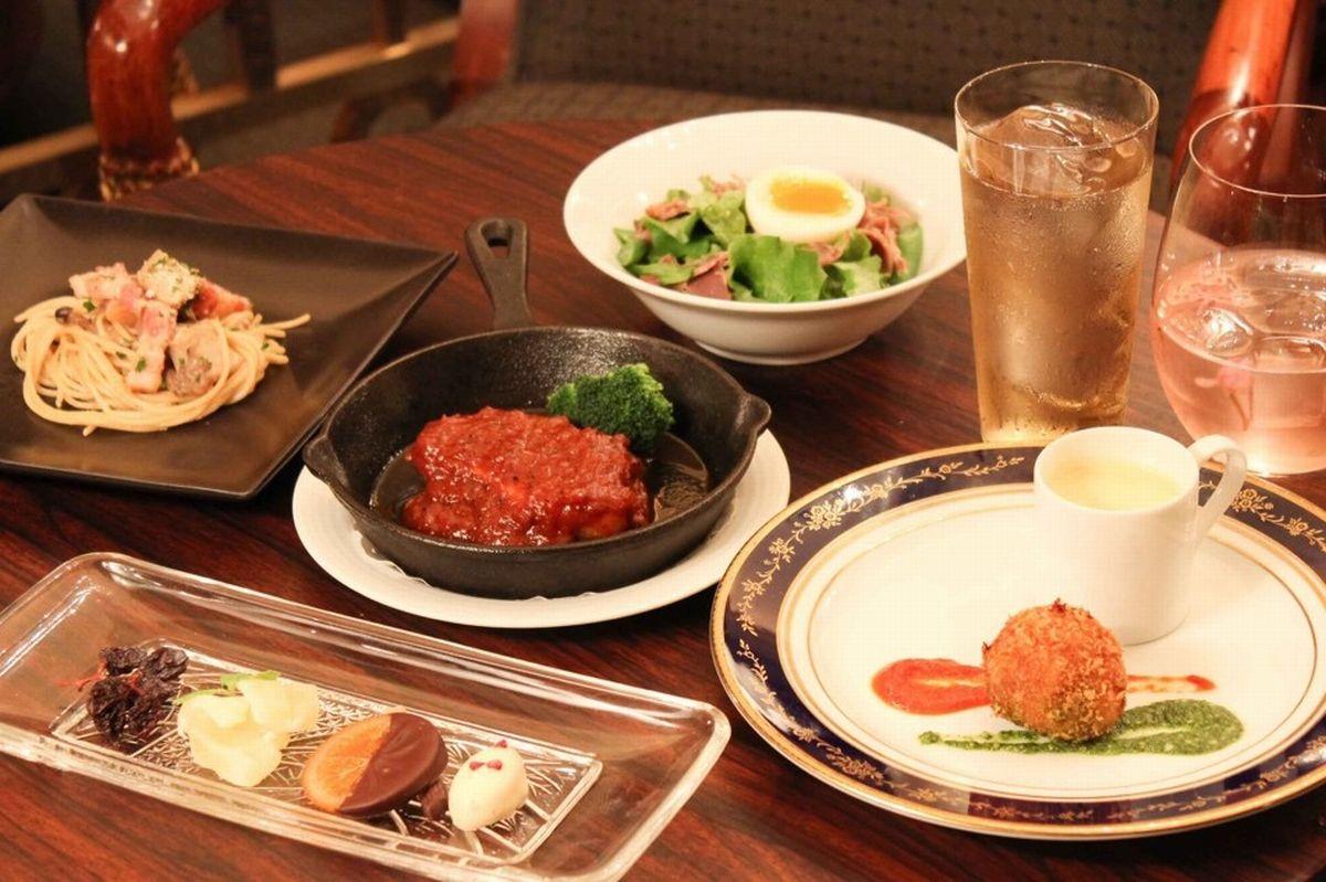 写真・図版 : リーガロイヤルホテル東京のセラーバー(早稲田)の、1人分のコース。バーテンダーがお客さんの好みを聞きながら、季節のカクテルを出してくれる。
