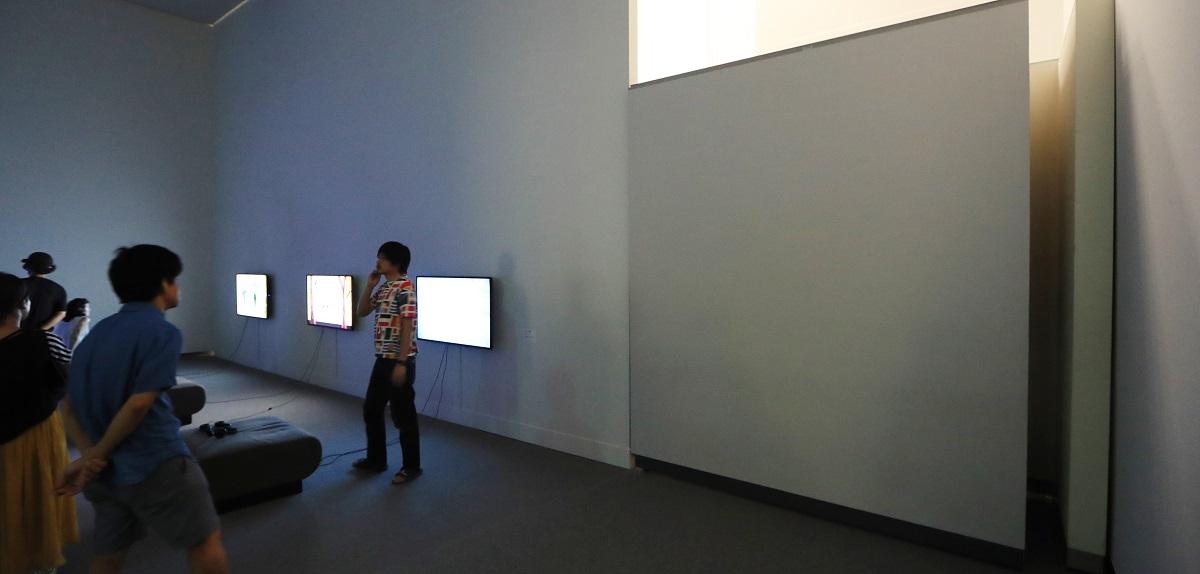 写真・図版 : 展示が中止になり、「表現の不自由展・その後」の入り口(右)は壁で閉ざされた=2019年8月4日