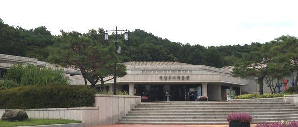 写真・図版 : 百済の古都扶余の国立扶余博物館=筆者提供