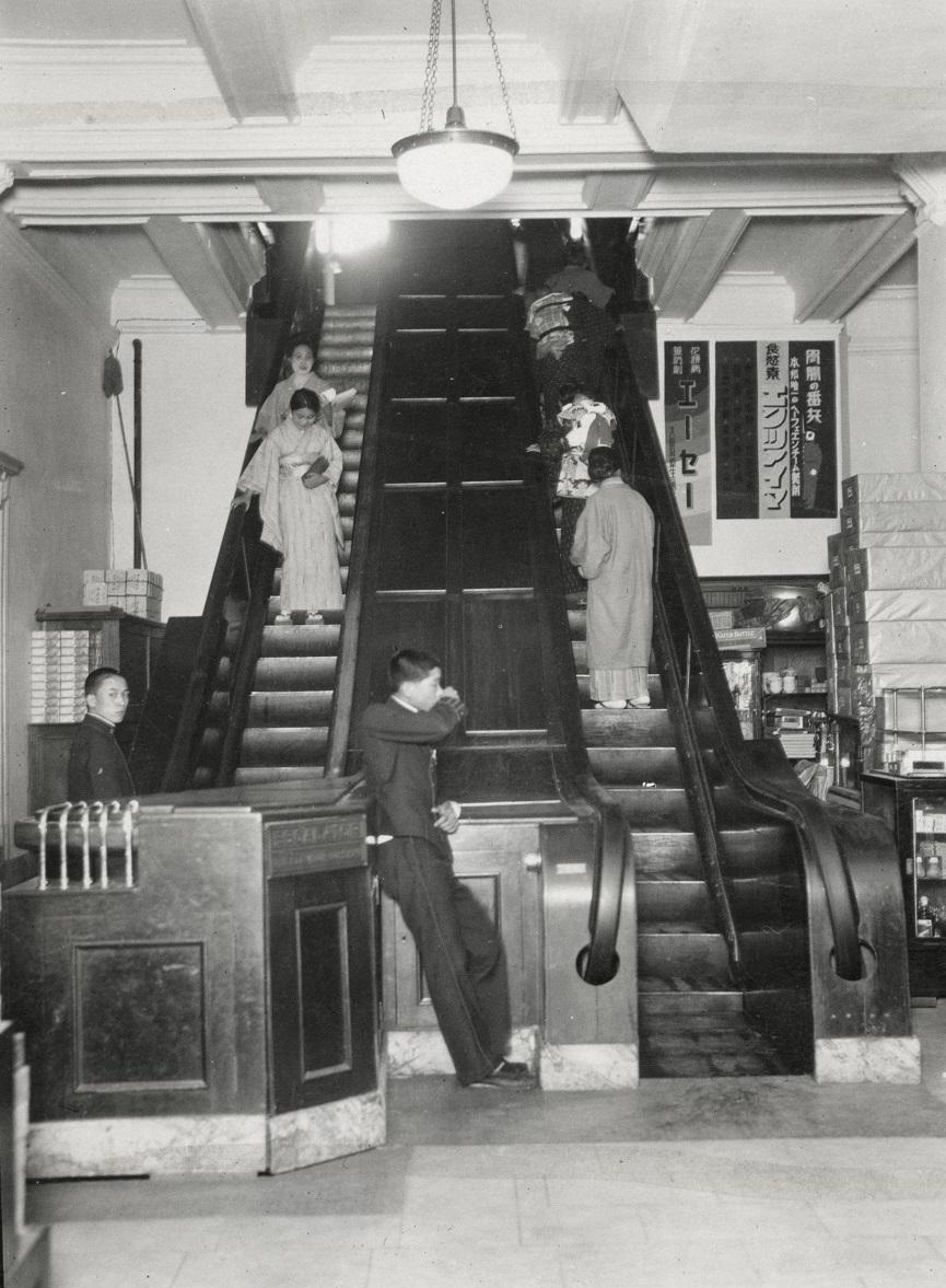 写真・図版 : 1930年に撮影された大阪・三越百貨店のエスカレーター。1人分の幅しかなく、当然みな歩かずに立って乗っていた