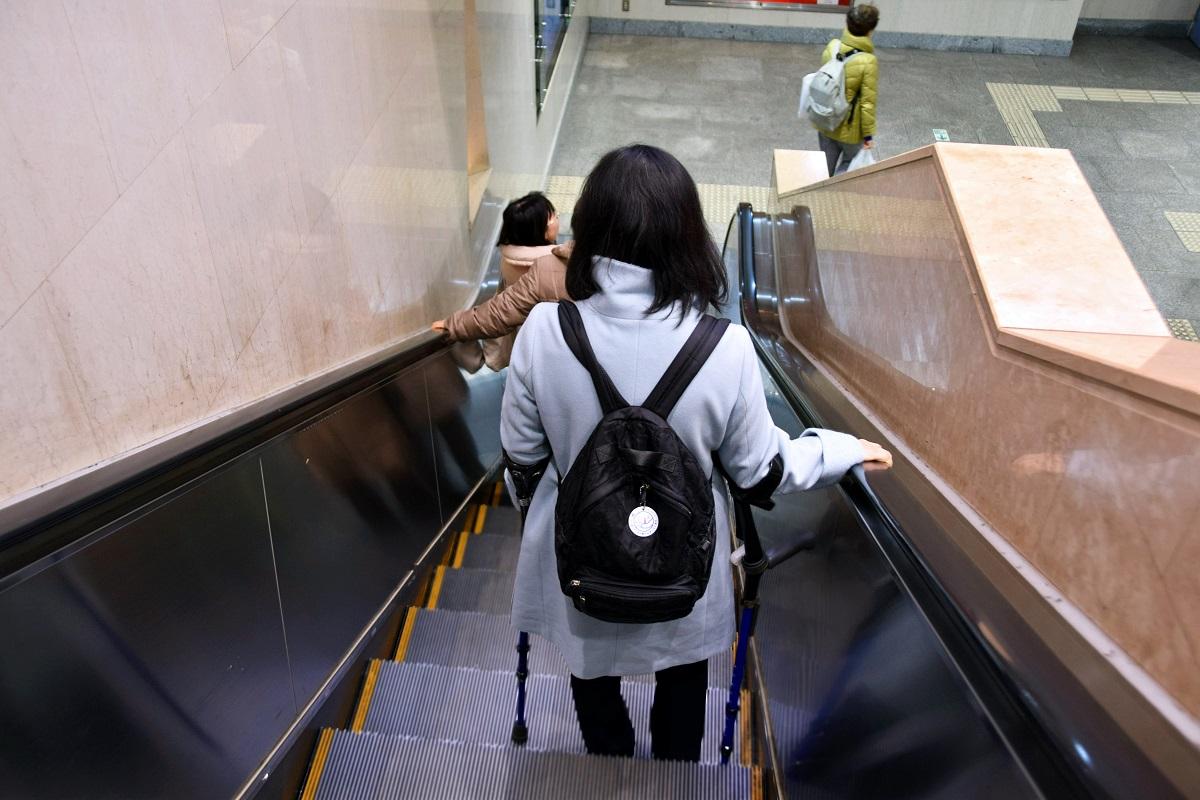 写真・図版 : 体の不自由な人にとっては、片側の手でしかベルトをつかめないことも