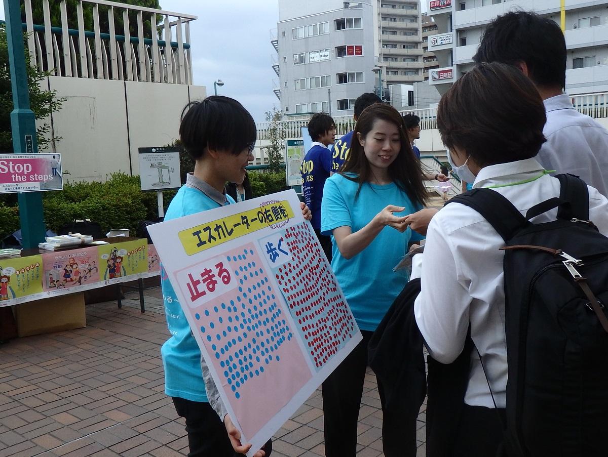写真・図版 : 街頭でのシール投票で「片側空け」の見直しを求める東京都理学療法士協会=2017年6月18日、東京都練馬区