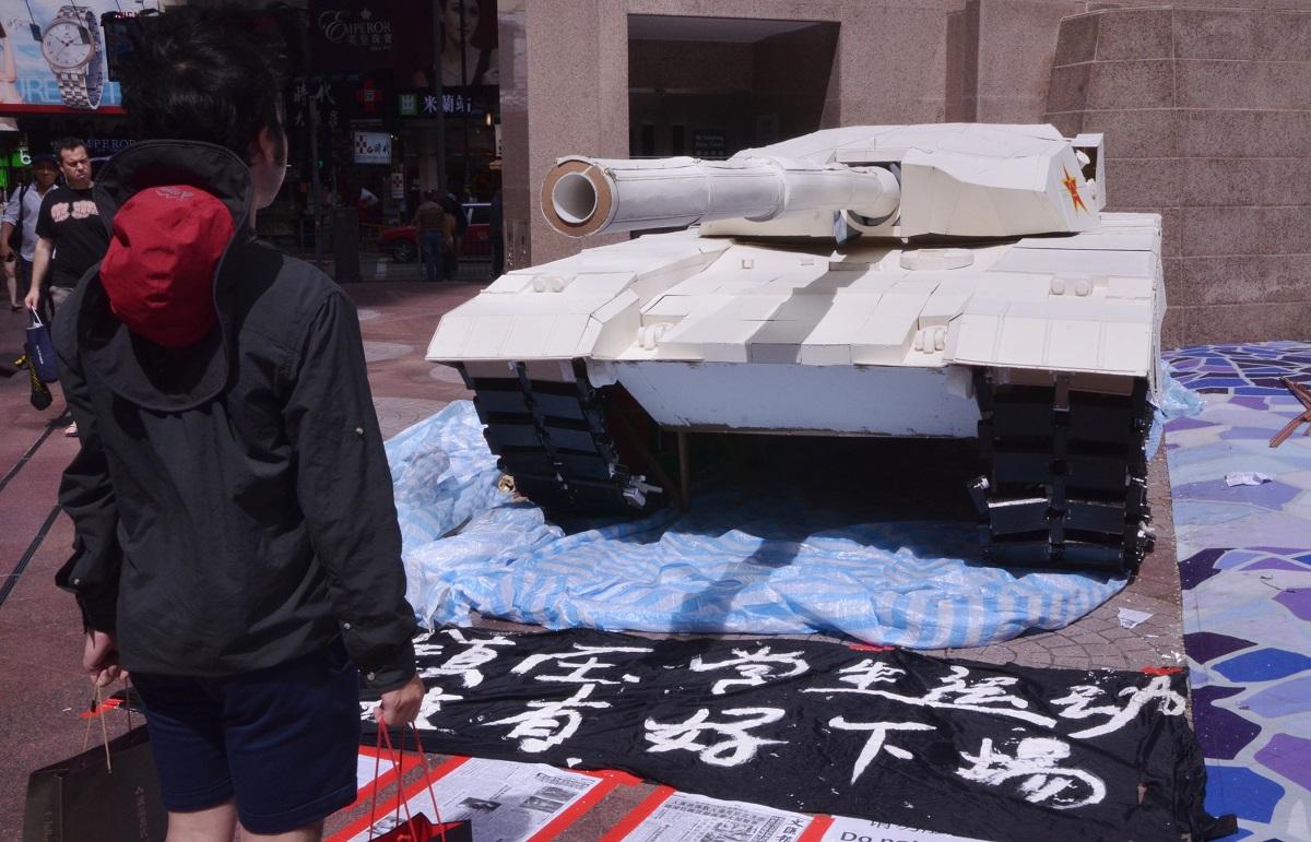 写真・図版 : 天安門事件を忘れまいとする香港の学生たちがつくった戦車のオブジェ=2014年6月4日、香港