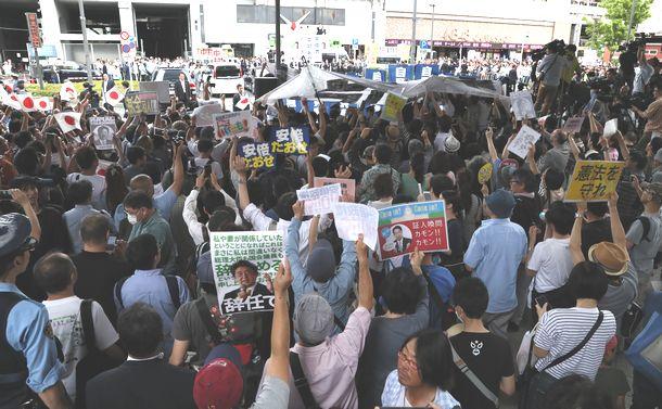 写真・図版 : 安倍晋三首相が街頭演説をする会場にはプラカードを掲げて抗議する人たちも見られた=2017年7月1日、東京都千代田区