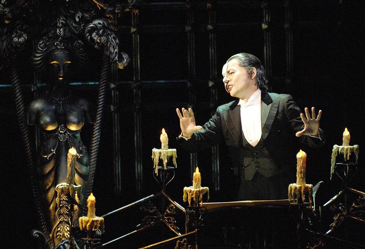 写真・図版 : 劇団四季「オペラ座の怪人」の舞台。ファントムはオペラ座の地下にすんでいる=2007年大阪公演、上原タカシ氏撮影