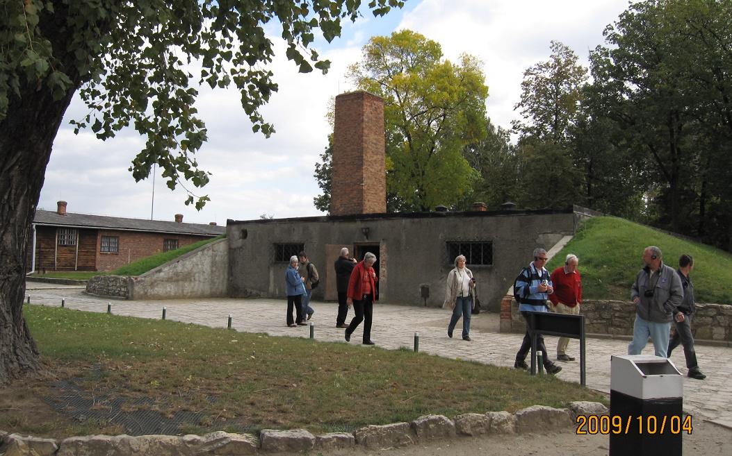 写真・図版 : アウシュビッツのガス室の前