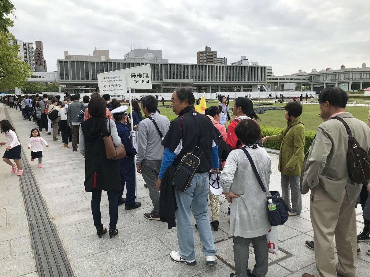 写真・図版 : リニューアルされた広島の平和記念資料館には、大型連休中に長い行列ができた=2019年4月30日、広島市中区、宮崎園子撮影