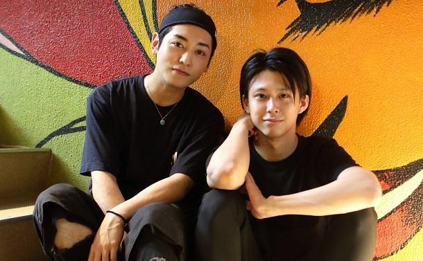 写真・図版 : 鈴木勝大(右)と川原一馬=伊藤華織 撮影