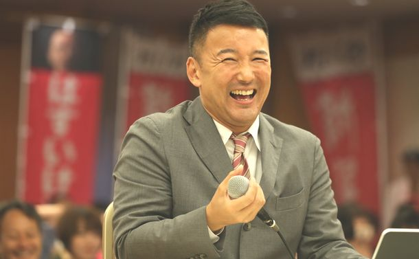 写真・図版 : 落選が決まった後の記者会見で笑顔を見せる山本太郎代表=2019年7月22日、東京都千代田区