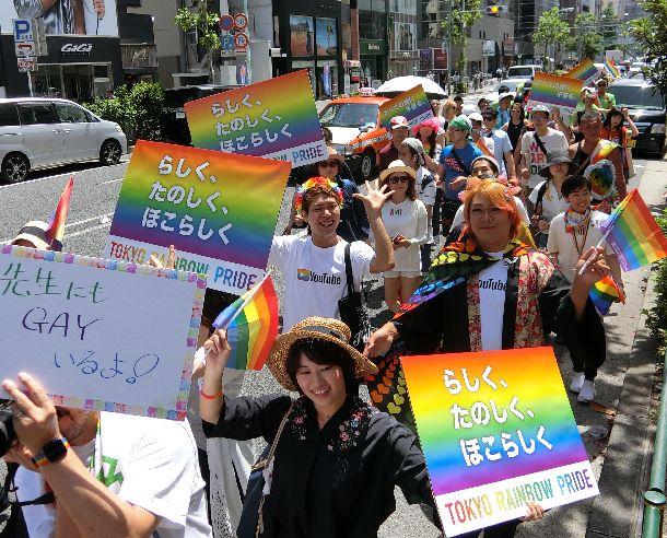 写真・図版 : 「らしく、たのしく、ほこらしく」「全ての愛に平等を」などのプラカードを掲げて参加者が歩いた「東京レインボープライド2018」のパレード=2018年5月6日、東京都渋谷区