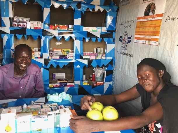 写真・図版 : 商店街でドラッグストアを経営する南スーダン難民兄妹。
