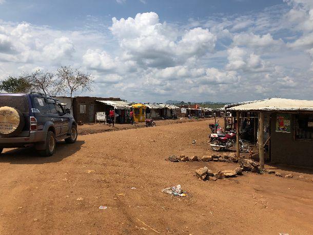 写真・図版 : 難民居住区は街づくりでもある。道路を整備し、側道に溝も作って、商店街が整備されている。