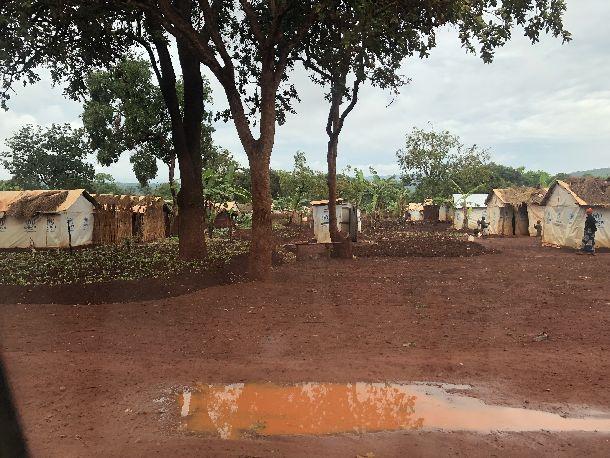 写真・図版 : タンザニアのキゴマ難民キャンプには、隣国ブルンジやコンゴ民主共和国から難民がきており、テント住まいになっている。
