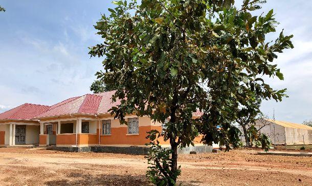 写真・図版 : まだできたばかりの管理棟。ここにウガンダ政府の役人が配置され、巨大なビディビディ難民居住区の運営を行っている。
