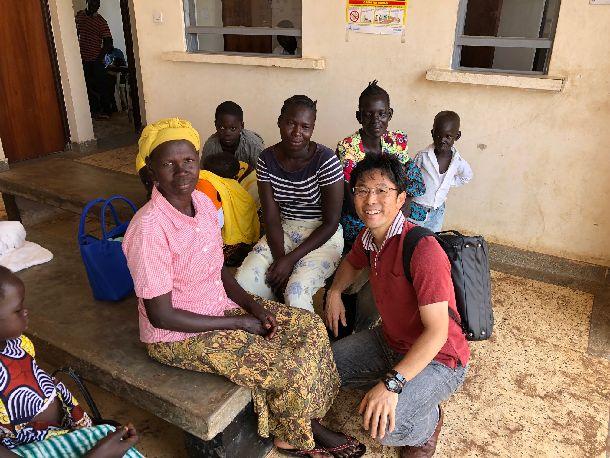 写真・図版 : ヘルスケアセンターで受診待ちの南スーダン難民の方々。居心地はいいけど、南スーダンに帰りたい、というおばあちゃん。