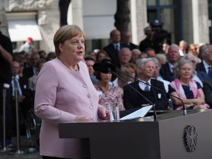 写真・図版 : 75年前のヒトラー暗殺未遂事件の記念式典であいさつするドイツのメルケル首相=2019年7月20日、ベルリン、野島淳撮影