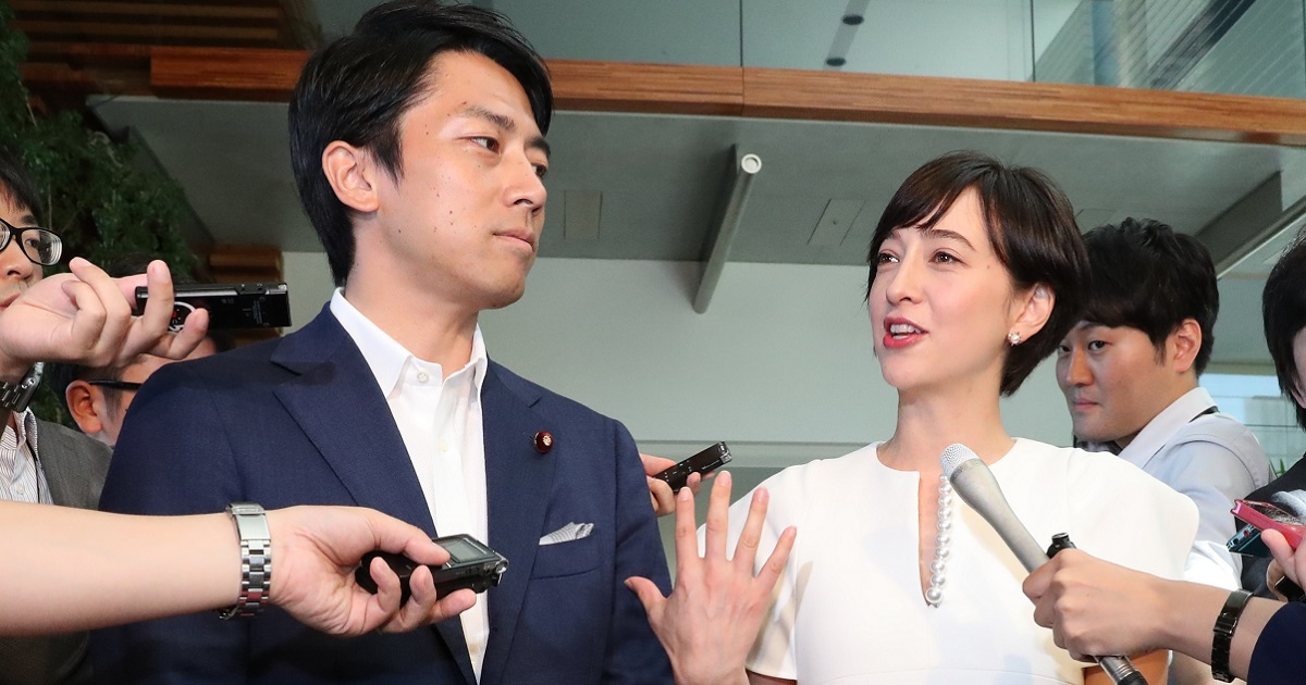 首相官邸で結婚を発表する自民党の小泉進次郎衆院議員(左)とアナウンサーの滝川クリステルさん