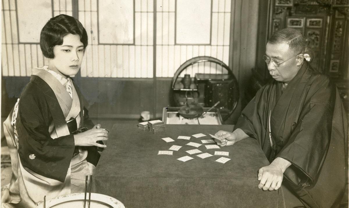 写真・図版 : 逓信大臣時代の小泉又次郎と娘の小泉芳江(進次郎氏の曽祖父と祖母)=電報通信社