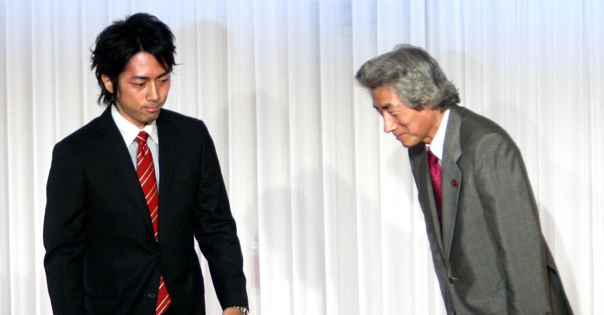 写真・図版 : 小泉純一郎元首相の引退表明を受け、「後継者」となった進次郎氏。当時27歳=2008年9月27日