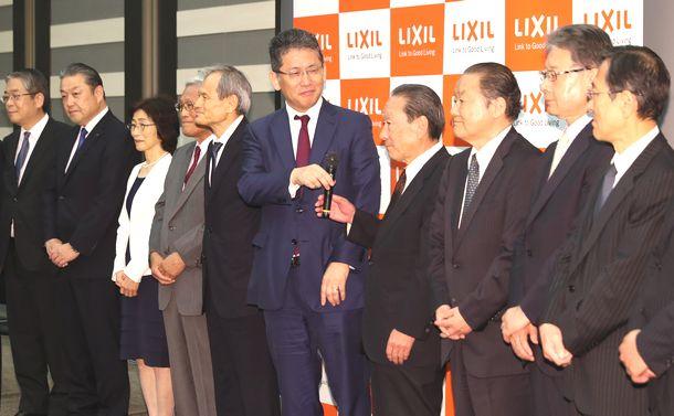 写真・図版 : CEOに返り咲き、新取締役会のメンバーと並んで会見する瀬戸欣哉氏(中央)=2019年6月25日、東京都中央区