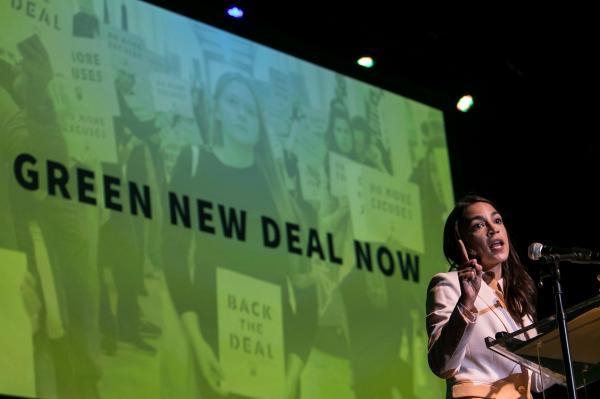 写真・図版 : グリーン・ニューディール政策の集会で演説するオカシオコルテス下院議員=2019年5月、ワシントン、ランハム裕子撮影