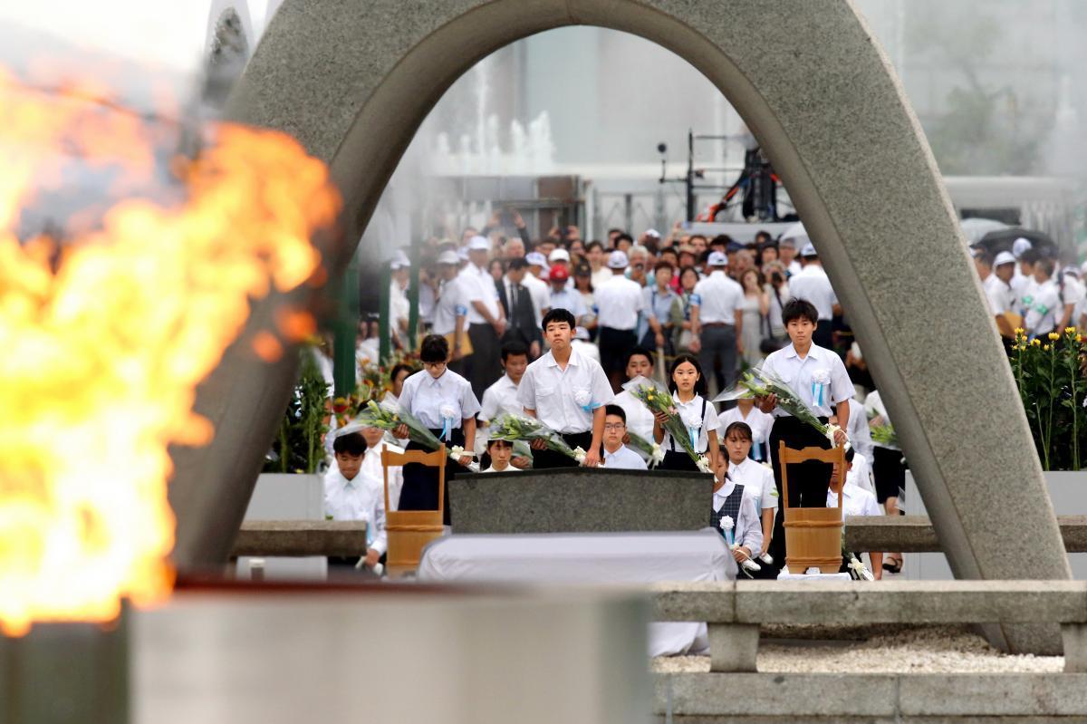 写真・図版 : 広島市の平和記念式典で献花をする学生たち=2019年8月6日