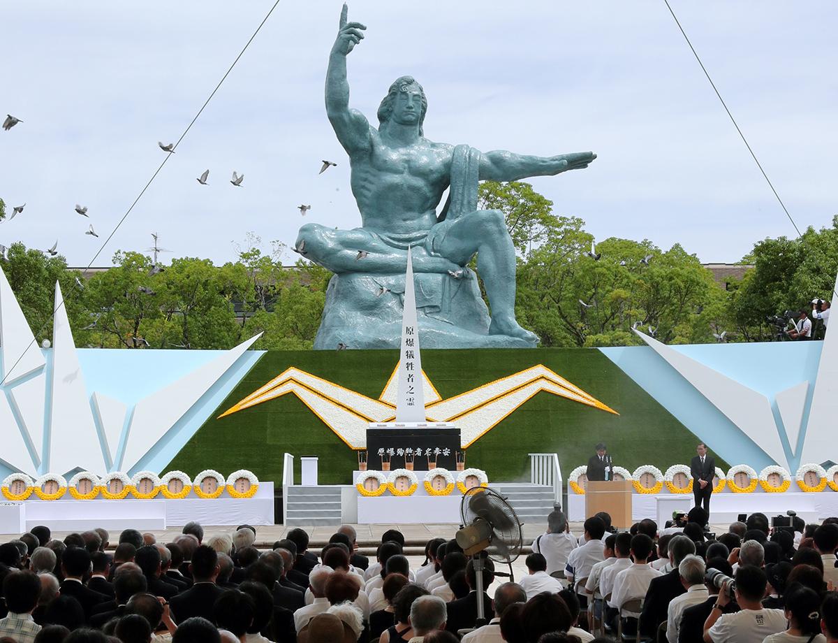 写真・図版 : 長崎市の平和祈念式典で、平和宣言後にハトが放たれた=2019年8月9日
